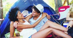 Пары наслаждаясь и ослабляя в шатре 4k акции видеоматериалы