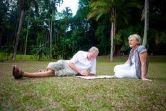 пары наслаждаясь летом старшия парка стоковое фото rf
