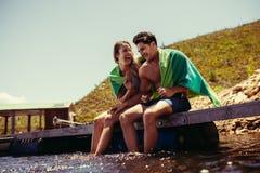 Пары наслаждаясь на пристани на озере Стоковое Изображение