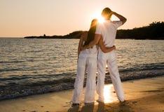 пары наслаждаясь обнимающ заход солнца лета Стоковая Фотография RF
