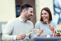 Пары наслаждаясь пиццей в ресторане Стоковая Фотография