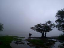 Пары наслаждаясь романтичным сезоном муссона стоковое фото rf