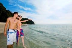 пары наслаждаясь счастливым сценарным морем Стоковая Фотография