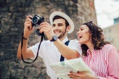 Пары наслаждаясь sightseeing и исследовать город стоковые фотографии rf