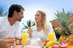 пары наслаждаясь медовым месяцем Стоковая Фотография