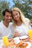пары наслаждаясь медовым месяцем Стоковые Изображения