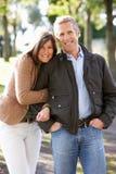 пары наслаждаясь прогулкой напольного портрета романтичной Стоковое Изображение