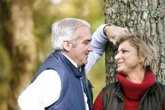 пары наслаждаясь романтичной прогулкой Стоковое Фото