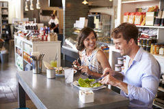 Пары наслаждаясь датой обеда в ресторане деликатеса Стоковая Фотография RF