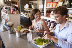 Пары наслаждаясь датой обеда в ресторане деликатеса Стоковое фото RF