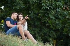 Пары наслаждаясь взглядом в парке Стоковые Фото