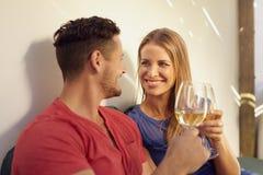 Пары наслаждаясь вином в их задворк Стоковая Фотография RF