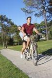 Пары наслаждаясь ездой цикла Стоковое фото RF