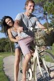 Пары наслаждаясь ездой цикла Стоковые Изображения RF