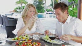 Пары наслаждаясь едой в внешнем ресторане видеоматериал