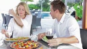 Пары наслаждаясь едой в напольном ресторане акции видеоматериалы