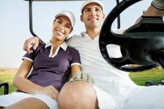 Пары наслаждаясь игрой гольфа Стоковые Изображения