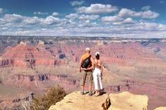 Пары наслаждаясь красивым ландшафтом гранд-каньона Стоковые Фотографии RF