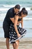 Пары наслаждаясь на пляже Стоковая Фотография