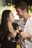 Пары наслаждаясь питьем в баре Стоковая Фотография