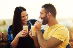 Пары наслаждаясь снаружи Стоковая Фотография