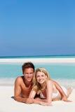 Пары наслаждаясь праздником пляжа Стоковые Фото