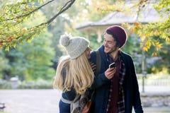 Пары наслаждаясь шаловливой прогулкой Стоковая Фотография