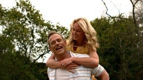 пары наслаждаясь piggyback ездой сток-видео