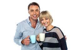 Пары начиная их день с чашкой кофе Стоковые Изображения RF