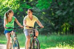 Пары на велосипедах Стоковые Изображения RF