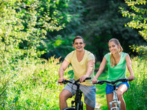 Пары на велосипедах Стоковые Фотографии RF