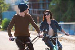 Пары на велосипедах стоковое фото rf