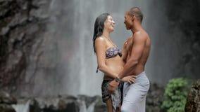Пары на водопаде видеоматериал