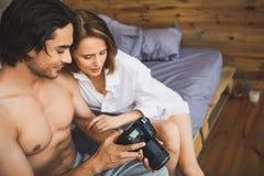 Пары на изображениях кровати наблюдая Стоковые Фото