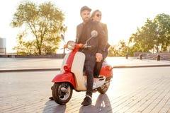 Пары на мотоцилк в городе Стоковые Изображения RF
