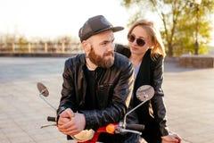Пары на мотоцилк в городе Стоковое фото RF