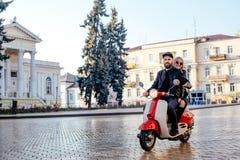 Пары на мотоцилк в городе Стоковая Фотография RF