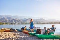 Пары на озере Issyk Kul стоковое фото
