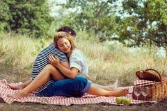 Пары на пикнике, сидя закрытые глаза Стоковые Изображения