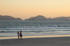 Пары на пляже стоковое изображение
