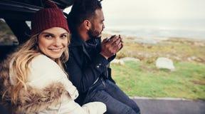 Пары на поездке во время зимы Стоковое Изображение