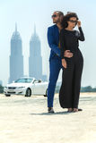 Пары на предпосылке небоскребов Стоковая Фотография
