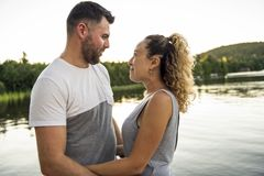 Пары на пристани греют летний день имея полезного время работы стоковые фотографии rf