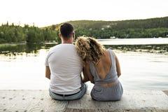 Пары на пристани греют летний день имея полезного время работы стоковые фото