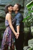 Пары на прогулке в саде романтичного места ботаническом Стоковое Изображение RF
