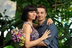 Пары на прогулке в саде романтичного места ботаническом Стоковое Фото
