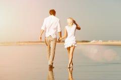 Пары на пляже в летних каникулах Стоковые Фото