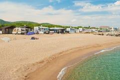 Пары на пляже на месте для лагеря Стоковые Фотографии RF