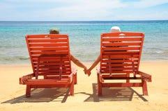 Пары на пляже стоковая фотография
