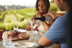 Пары на ресторане выпивая красное вино Стоковое Фото